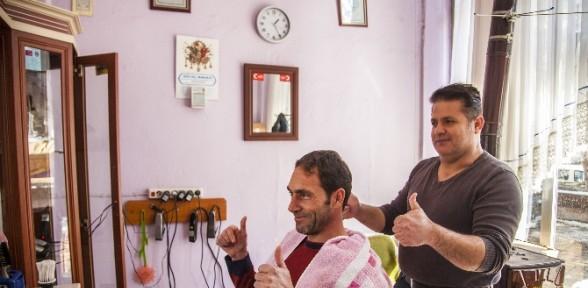 10 yıldır işaret diliyle tıraş yapıyor