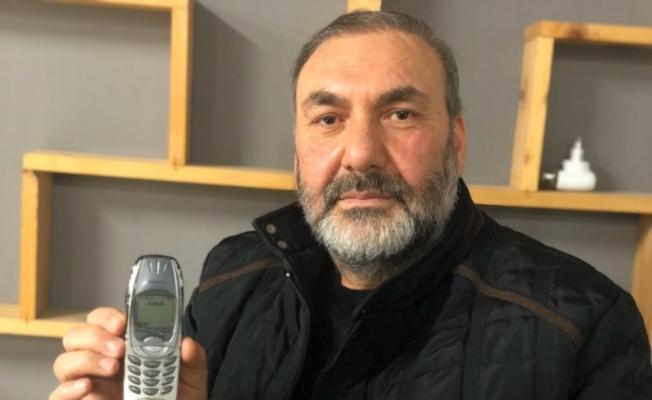 18 yıldır bu tuşlu cep telefonunu kullanıyor