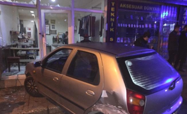 Arkasında seyreden otomobil çarptı, dükkana girdi