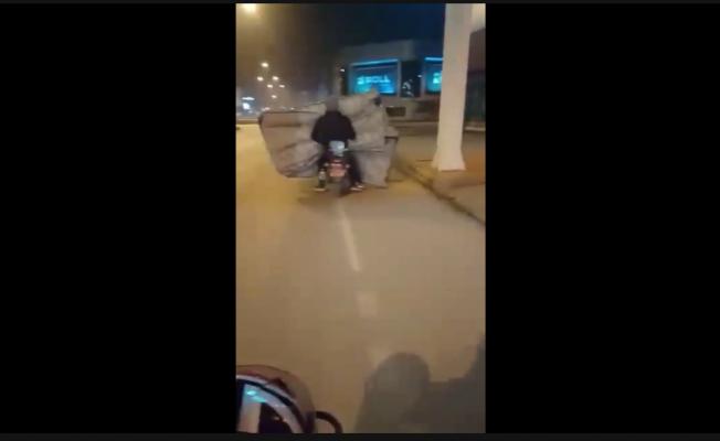 Hayrete düşüren görüntüler: Motosikletle yatak taşıdılar