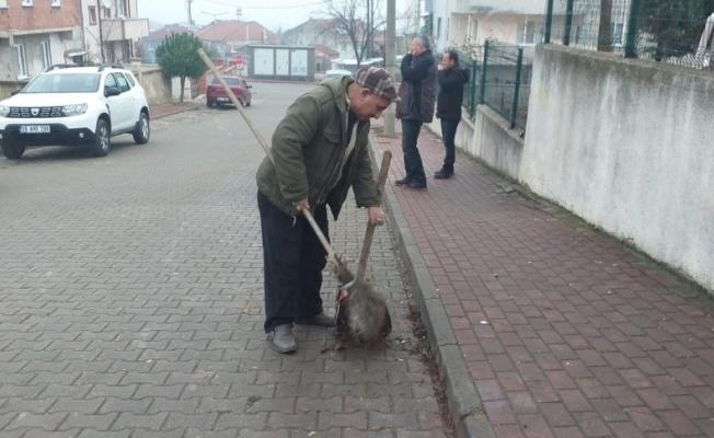 Her gün oturduğu caddeyi temizliyor