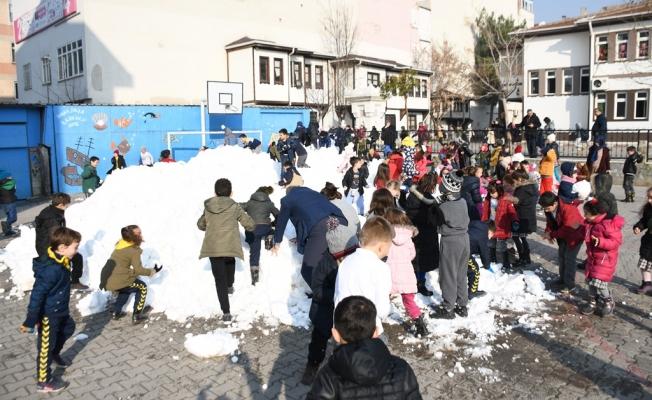 İnegöl Belediyesi öğrencilerin kar isteğini geri çevirmedi