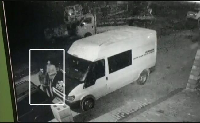 İş yerinin önündeki minibüsü böyle soydular