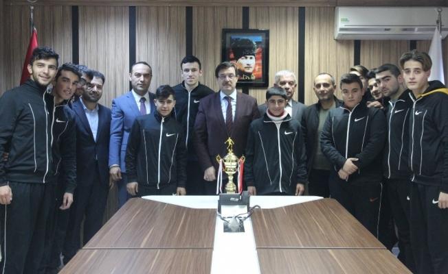 Mili Eğitim Müdürü kupa alan özel sporcuları kutladı
