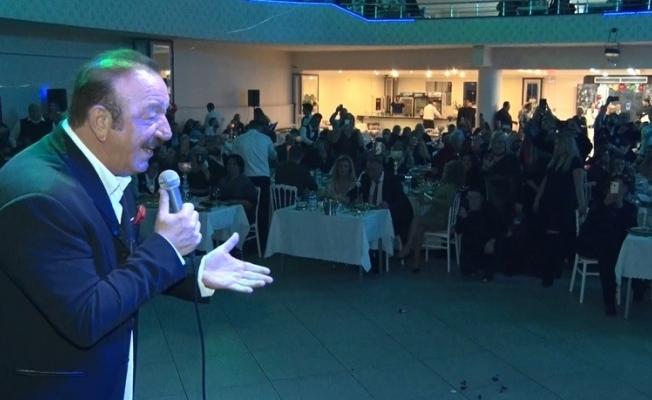 Nejat Alp 50. sanat yaşını sahnede kutladı