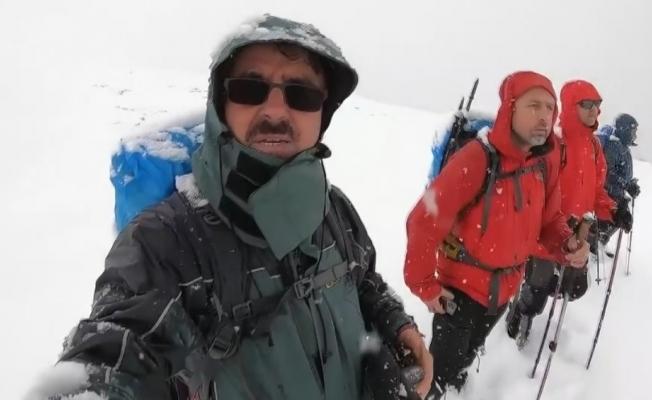 (Özel) Yoğun kar ve sisli havada 18 kilometre yürüdüler