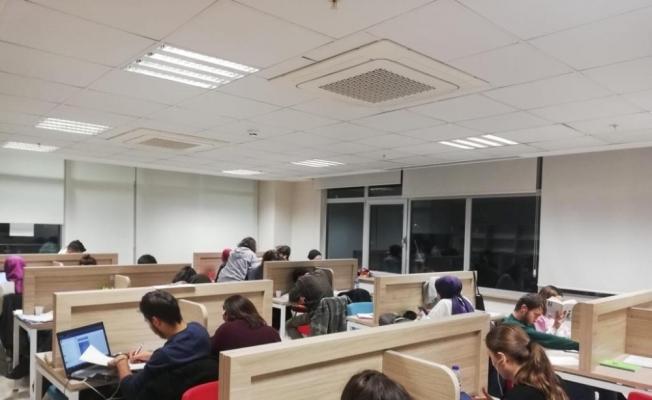 Sınav döneminde koridorlar bile doldu