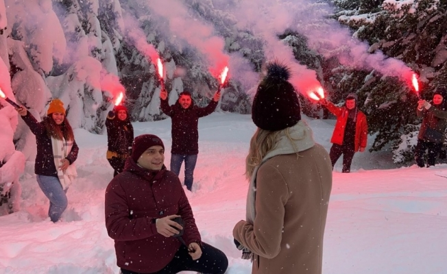 Uludağ'da karlar altında meşaleli evlilik teklifi