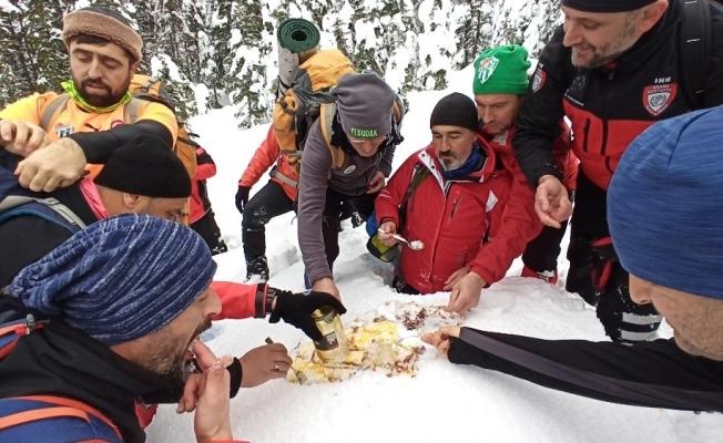 Uludağ'ın zirvesinde kar helvası yapıp yediler