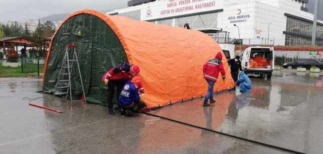 Bursa'da hastane bahçesine acil müdahale çadırları kuruldu