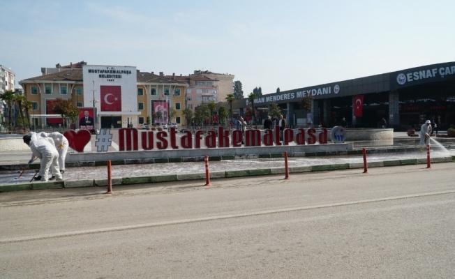 Mustafakemalpaşa'da cadde ve kaldırımlar dezenfekte ediliyor