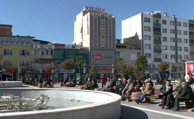 Vatandaşlar koronaya karşı tedbir almadı...Belediye bankları söktü