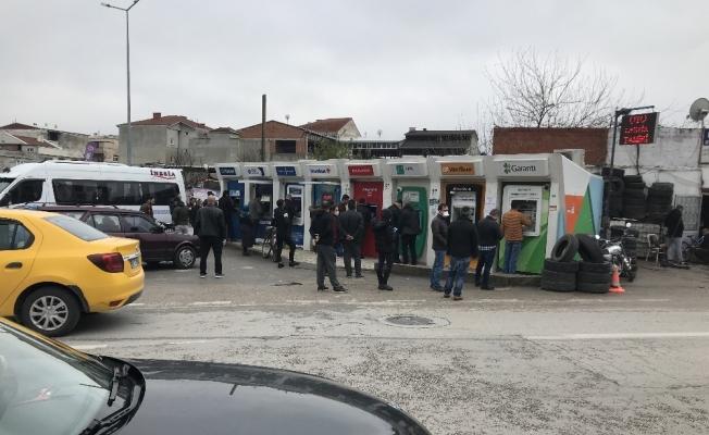 ATM önünde vatandaşların sosyal mesafeye uymamaları dikkat çekti