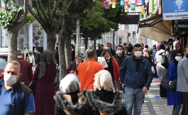 Kısıtlama öncesi İnegöl'de 'sosyal mesafesiz' bayram telaşı