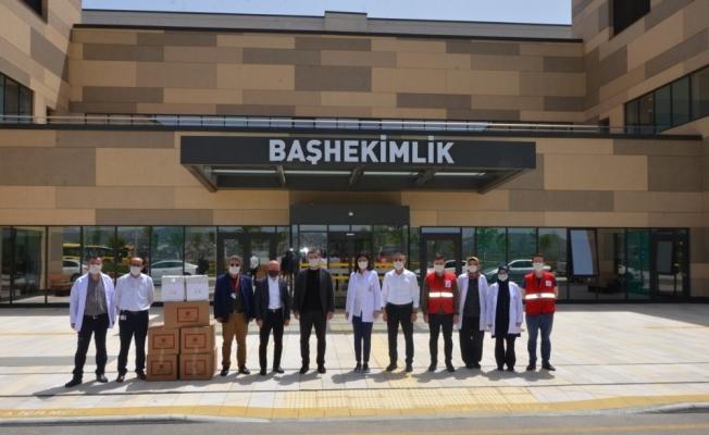 Kızılay'dan sağlık çalışanlarına maske ve siperlik desteği