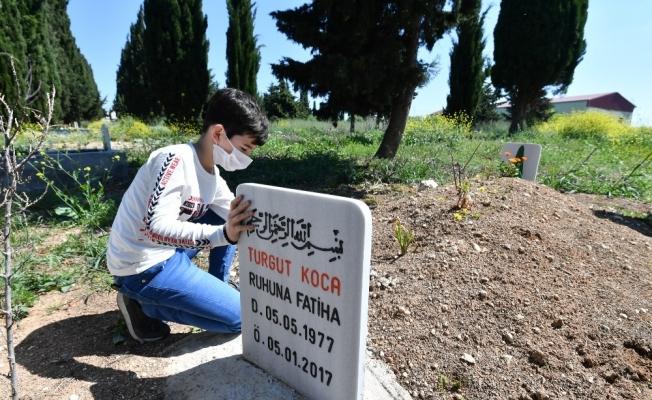 Küçük Hamza özel izinle babasının mezarını ziyaret etti
