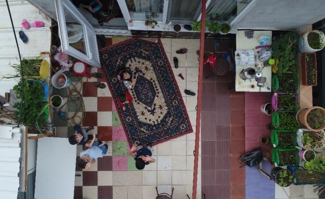 (Özel) Bayramda evde kalan çocuklar teraslarından uçurtma uçurdu