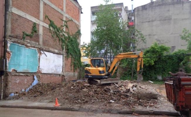 Tehlike arz eden metrûk bina yıkıldı