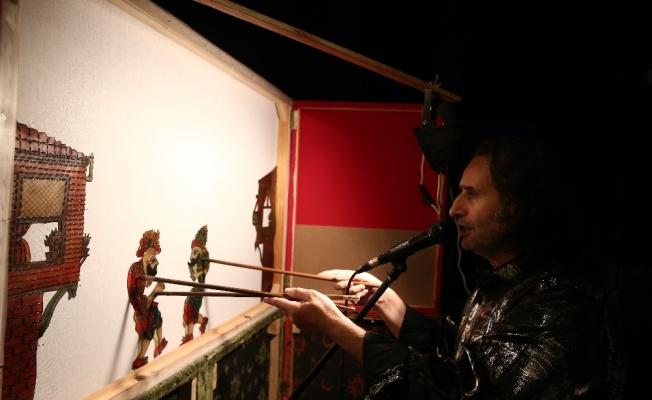 Yüzlerce yıllık Karagöz-Hacivat oyununu evinin balkonundan komşularına sahneliyor