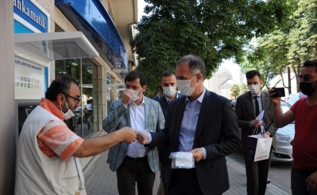 """Başkan Taban, maske dağıtıp vatandaşı uyardı: """"Rehavete kapılmayalım"""""""