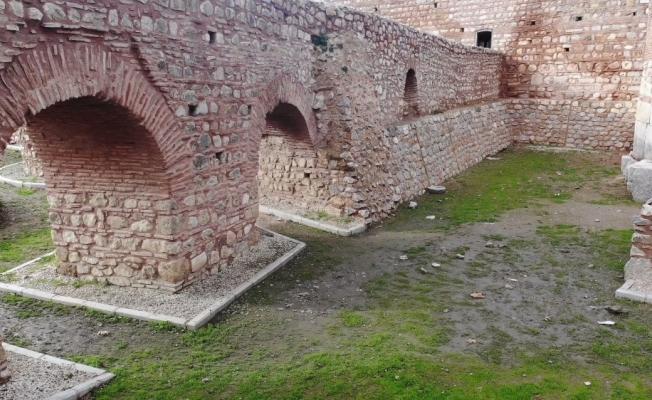 (Özel) 2 Bin yıllık Roma surlarını spreyle boyayıp, yanında ateş yaktılar