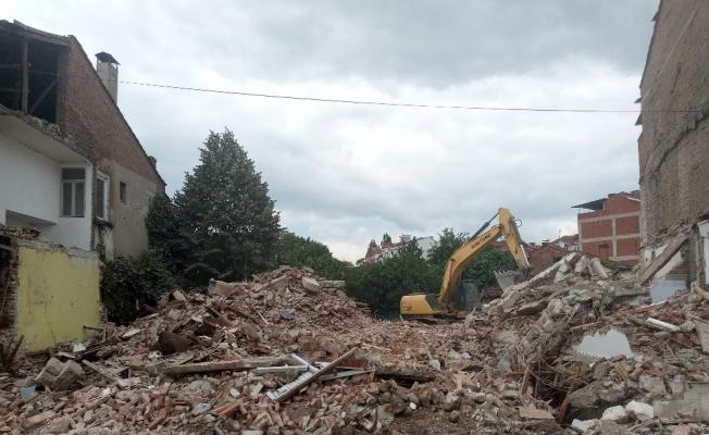 Yenişehir'deki tek tek metruk binalar yıkılıyor