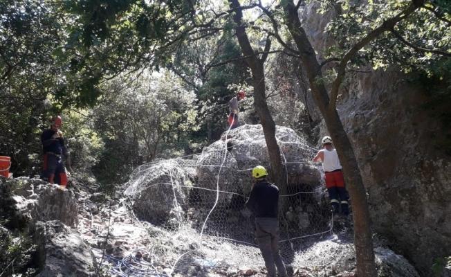 Bursa İznik'te düşme tehlikesi bulunan dev kaya çelik tellerle sarıldı