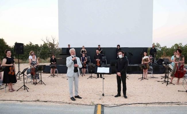Nilüfer'de arabalı sinema nostaljisine konserli final