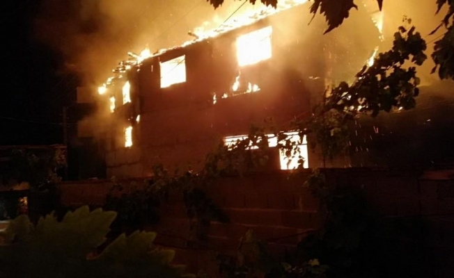 Elektrik kontağından çıkan yangın üç evi kül etti