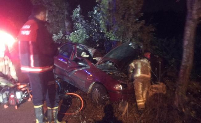 Virajı alamayan otomobil ağaca çarptı: 1'i ağır 2 yaralı