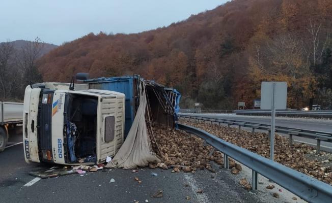 İnegöl'de pancar yüklü kamyon devrildi