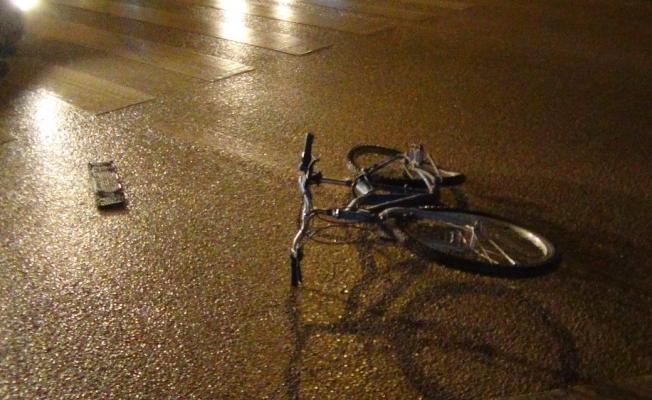 Otomobil sürücüsü ehliyetsiz çıktı, bisiklet sürücüsü kırmızıda geçti
