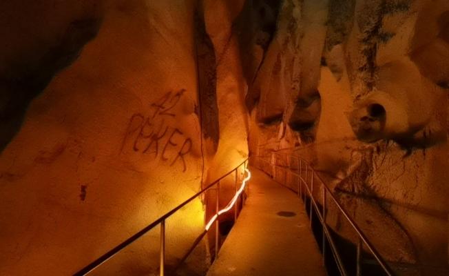 3 bin yıllık mağaraya, sprey boyalı saldırı
