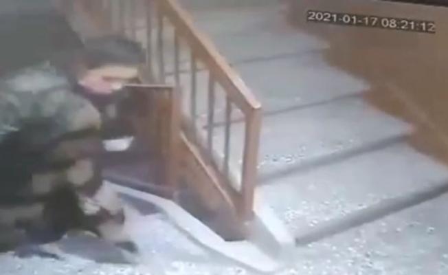 Apartmandan ayakkabı hırsızlığı güvenlik kamerasında
