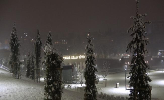 Bursa'da kar yağışının keyfini yine çocuklar çıkardı