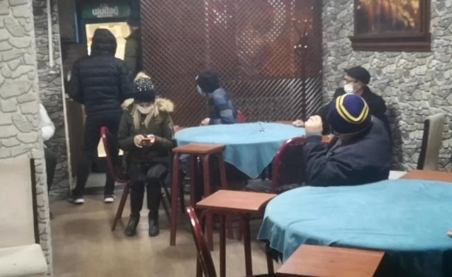 Bursa'da kısıtlamada alkollü kumar oyununa polis baskını