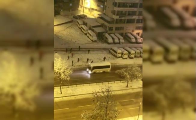 Kar toplarıyla minibüsü hedef alan gençler, sert kayaya çarptı