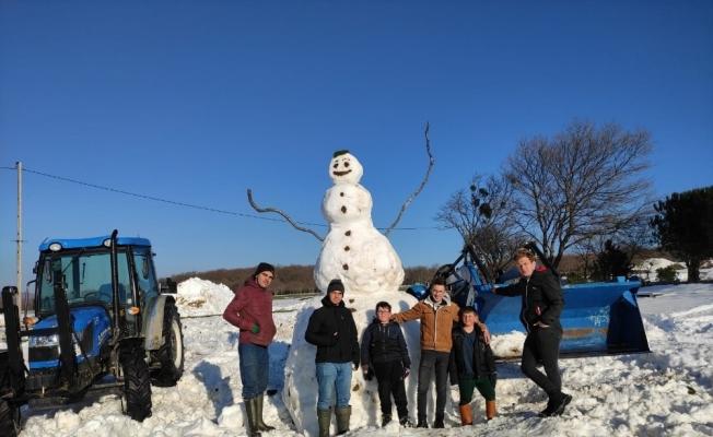 Bursa'da 4 metrelik dev kardan adam görenleri şaşırtıyor