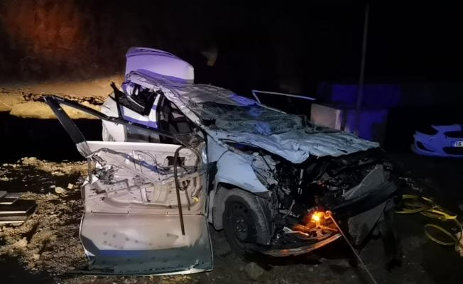 Feci kazada otomobil fabrikanın inşaatına uçtu: 2 ölü