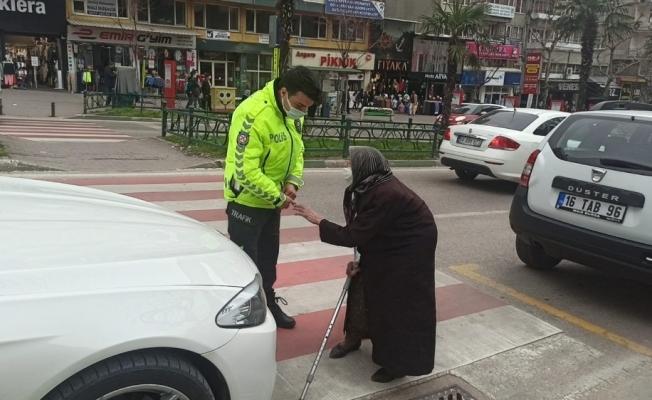 Kadınlar Günü'nde trafik, 83 yaşındaki Firdevs teyze için durdu
