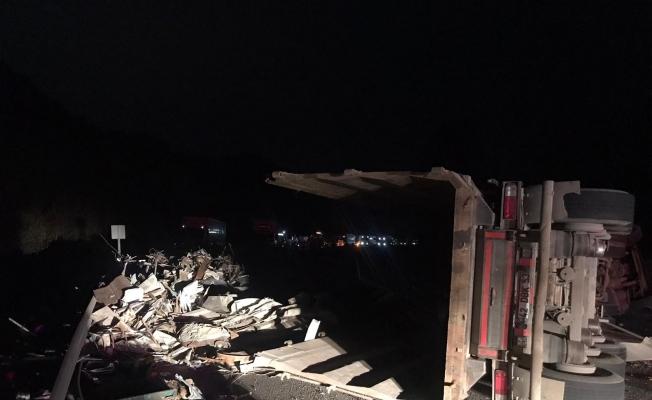 Bursa-Ankara karayolunda hurda yüklü tır devrildi: 1 yaralı