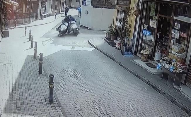 İki motosiklet böyle çarpıştı...Çarptığı sürücü acı içinde kıvranırken kaçtı