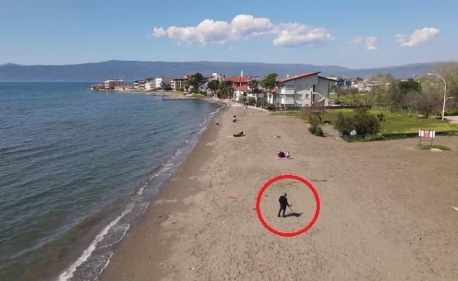 (ÖZEL) Dedektörle sahilde altın arıyor