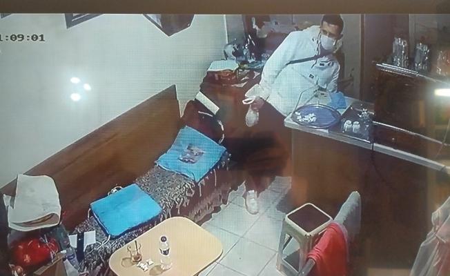 Bursa'da kadın esnafın dükkanına giren hırsız çantayı çalıp kayıplara karıştı