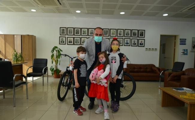 Harçlığını bağışlayan çocuklara Başkan Sertaslan'dan sürpriz hediye