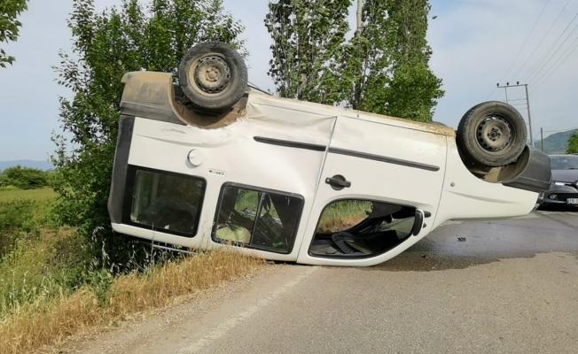 İnegöl'de otomobil ile hafif ticari araç çarpıştı 3'ü çocuk 4 yaralı
