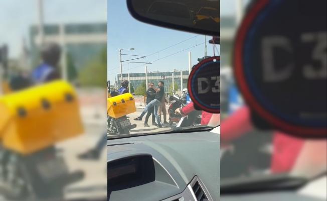 Kısıtlamada motosikletli kuryelerin kavgası kamerada