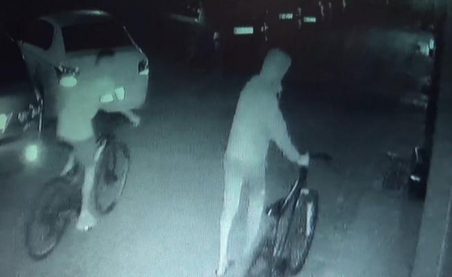 Lüks rezidansa gelen bisikletli hırsızlar bilgisayar çalıp böyle kaçtı