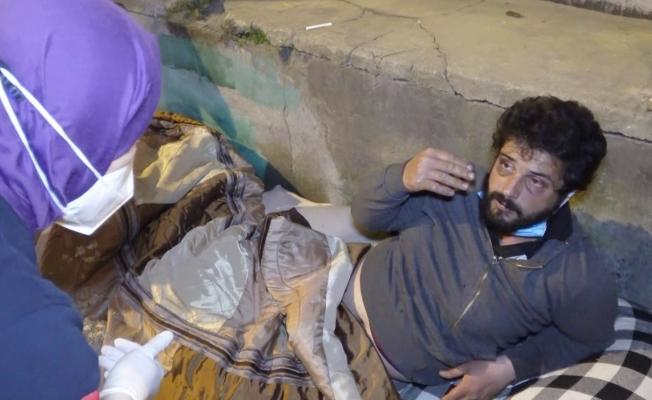 (Özel) Darp edilip parası alınan evsiz adama polis şefkati