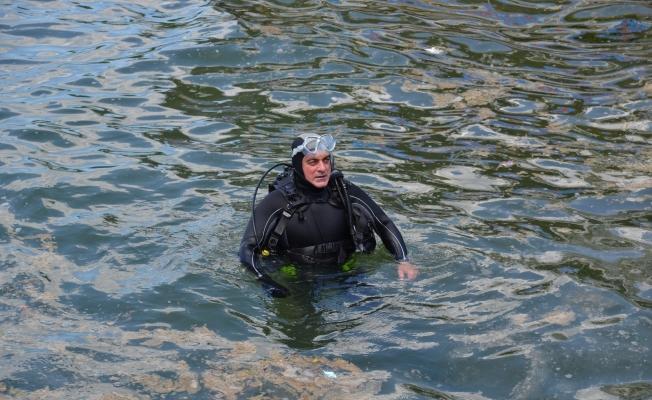 Belediye Başkanı çevre gününde deniz salyası için daldı